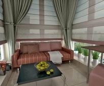 Большой диван в интерьере большого балкона