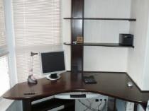 Компьютерный стол с полками в кабинете на балконе