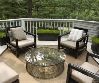 Кресла и столик со стеклянной столешницей на балконе