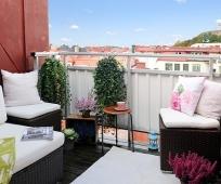 Мягкие диваны на балконе