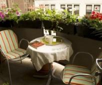 Уютное место для отдыха на балконе