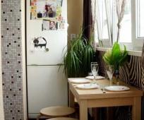 Обеденная зона и холодильник на балконе