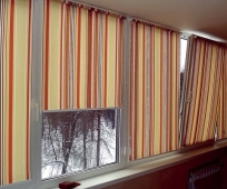 Рулонные шторы из плотного материала на балконе