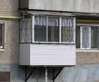 Подвесной балкон на первом этаже